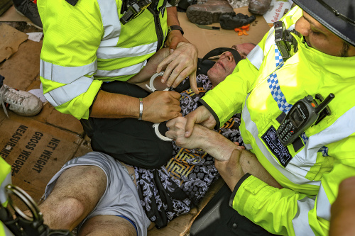 Britská polícia zatkla už