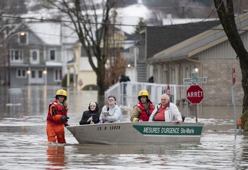 Hasiči evakuujú ľudí počas