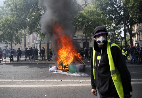 Niektorí demonštranti mali oblečené