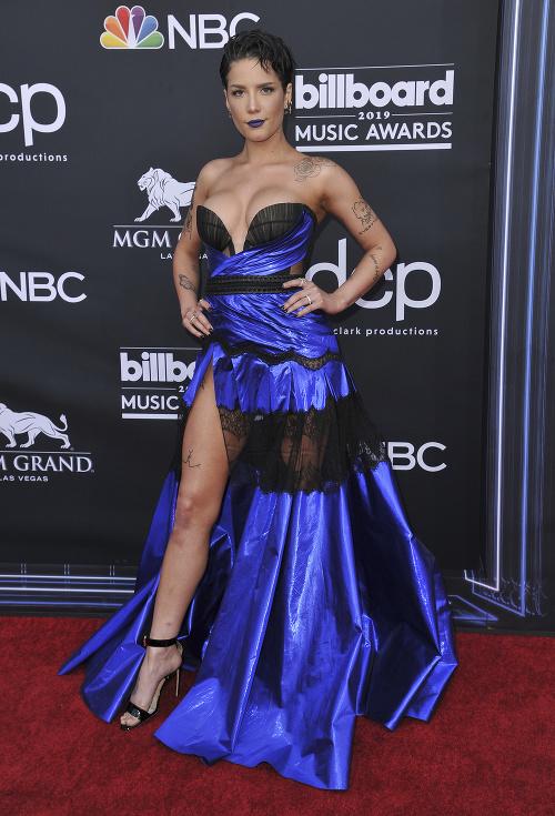 Outfit speváčky Halsey bol