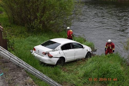 Auto skončilo v rieke