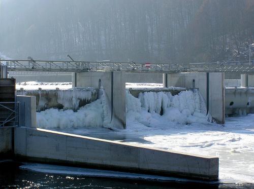Zamrznutá MVE Hronská Dúbrava.