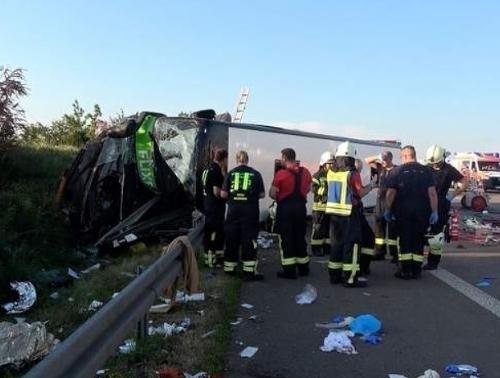 Pri nehode autobusu na