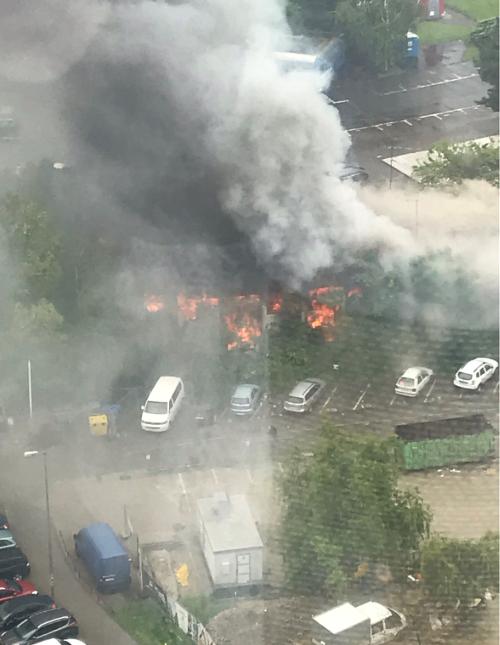 S plameňmi bojujú hasiči.