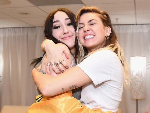 Miley Cyrus so sestrou
