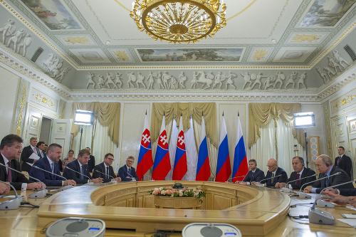 Na snímke vpravo ruský