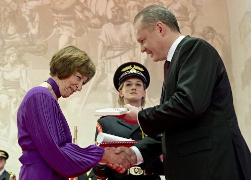 Helena Pašiaková preberá