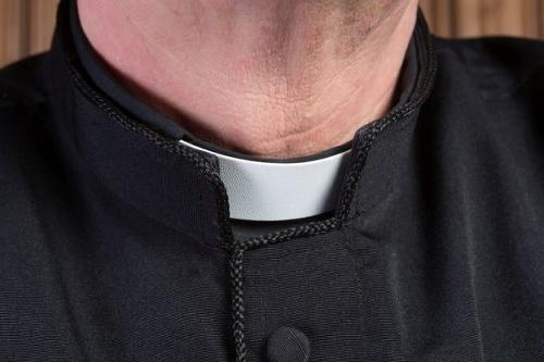 Kňaz (32) sa správal