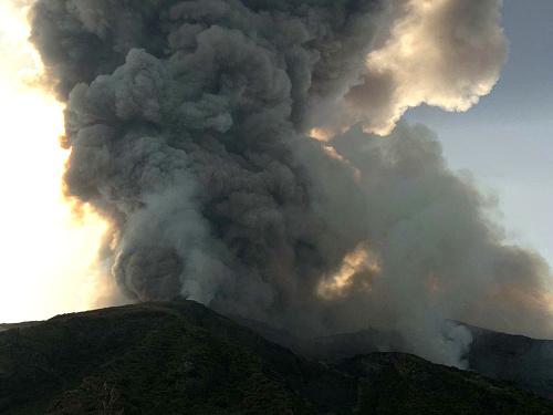 Talianska sopka chrlí lávu