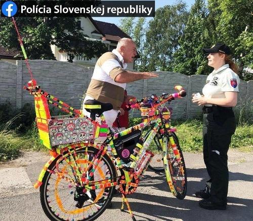 Bicykel pokrytý reflexnými prvkami