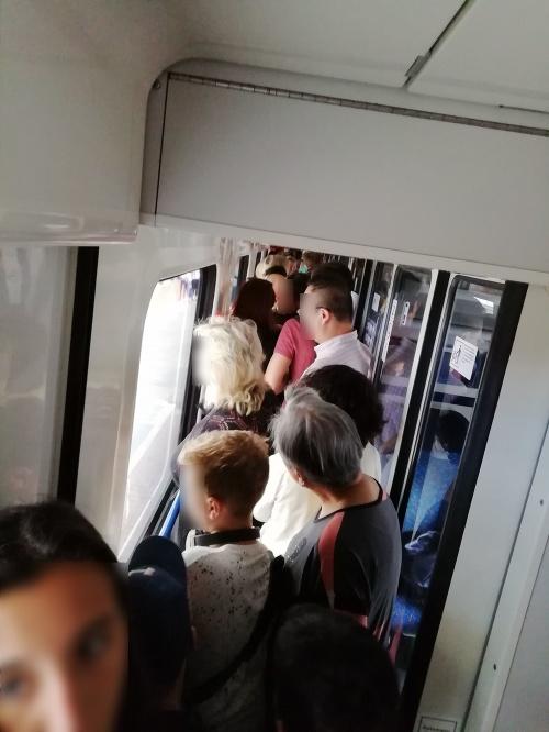 Ľudia cestovali v preplnenom