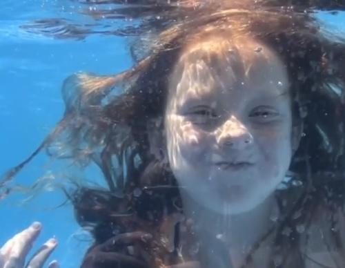 McKenzie Kinleyovú v bazéne