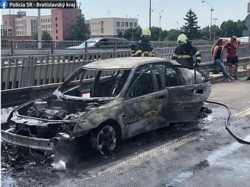 Požiar vozidla na Moste