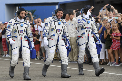 Na snímke členovia posádky
