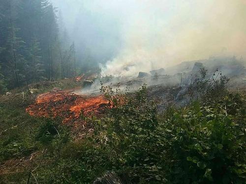 Požiar zachvátil prírodný povrch