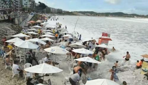 Ľudia relaxovali na pláži,