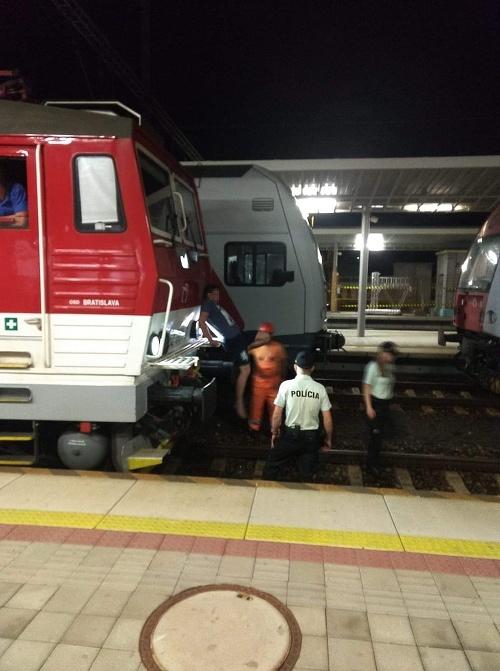 Muž na nárazníku vlaku.