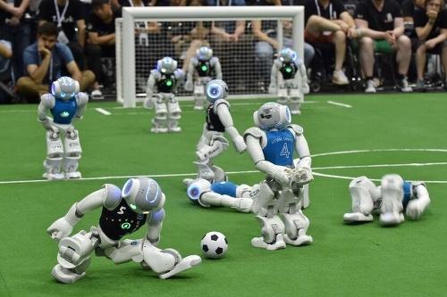 Humanoidné roboty hrajú vlastnú