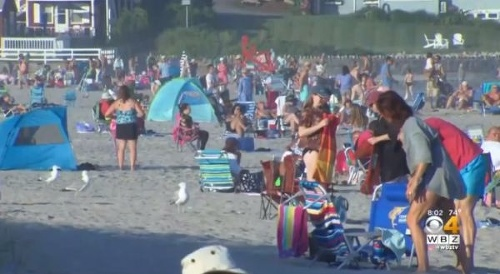 Ľudia oddychovali na pláži,
