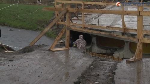 Robotníci pri rekonštrukcii mosta