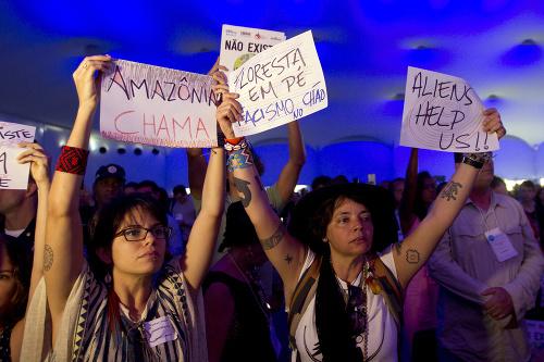 Aktivisti na dielni proti