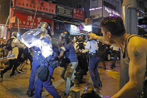 Polícia musela rozháňať dav