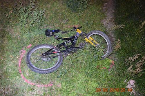 Chlapec bez osvetlenia bicykla