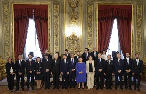 Na snímke ministri novej
