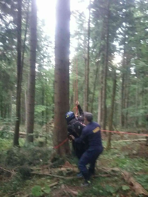 Uviaznutému paraglajdistovi pomohli hasiči