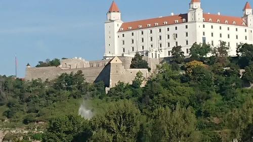 Na stavbe pod hradom