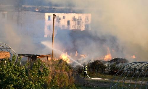 Požiar skladu slamy v