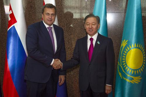 Na snímke vľavo predseda