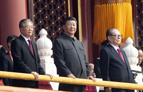 Si Ťin-pching (v strede)