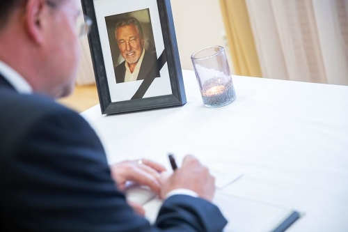 Do kondolenčnej knihy napísal