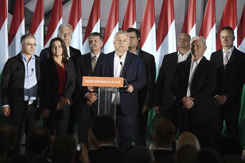 Viktor Orbán (v strede)