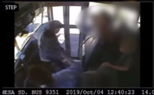 Školák v autobuse hádzal