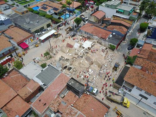 Zrútenie budovy v meste