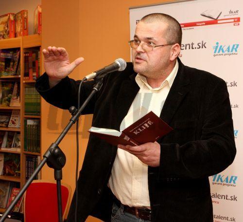 Ivo Hlaváček pri čítaní