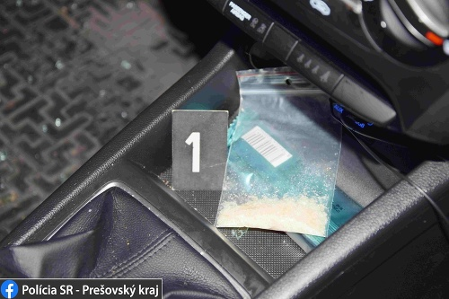 Policajti v aute objavili