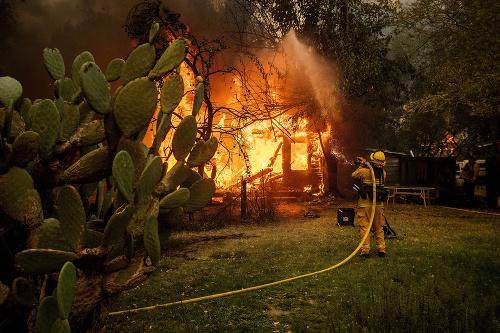 VIDEO Lesné požiare naďalej