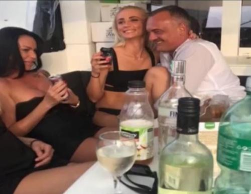 Prostitútky na jachte, skupinový