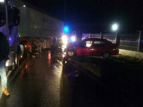 Auto narazilo do návesu
