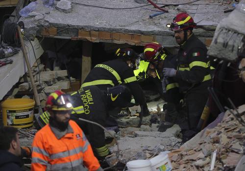 Záchranári stále vyslobodzujú telá