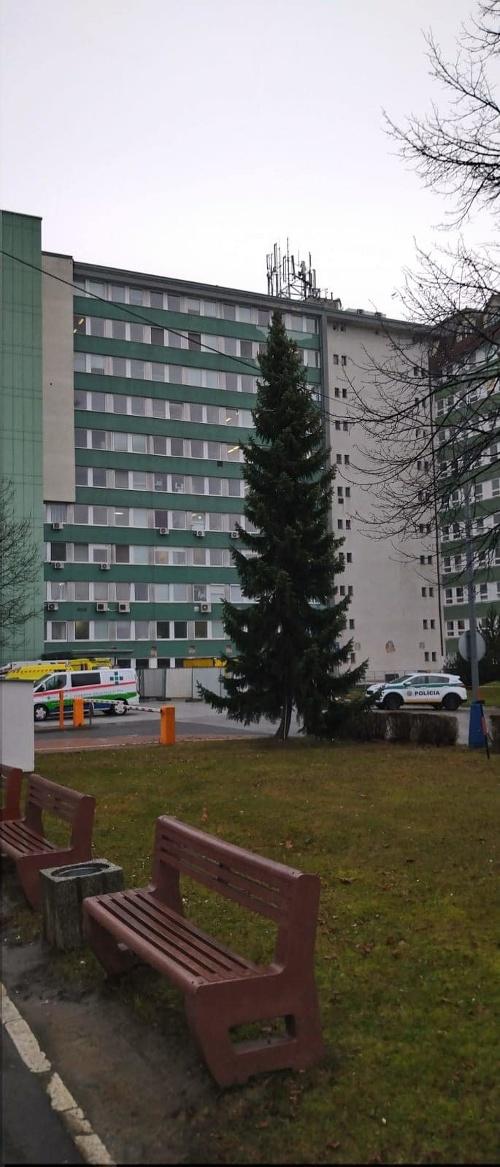 Polícia pri popradskej nemocnici.