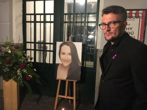 Violkin portrét, vpravo organizátor