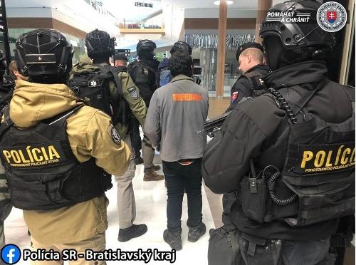 Muža zadržala polícia.