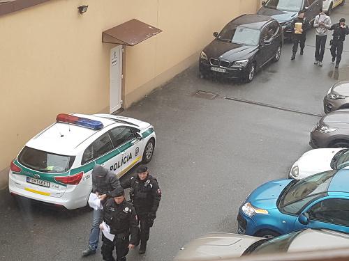Policajti privádzajú na Okresný