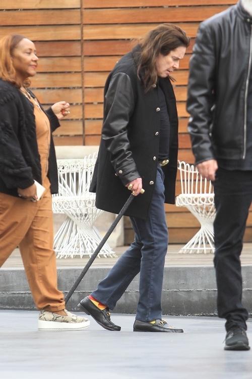Ozzy Osbourne používa palicu