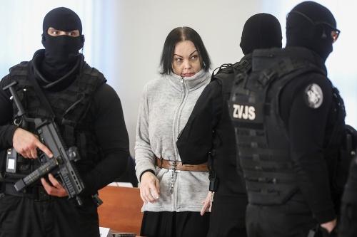 Alena Zsuzsová v sprievode