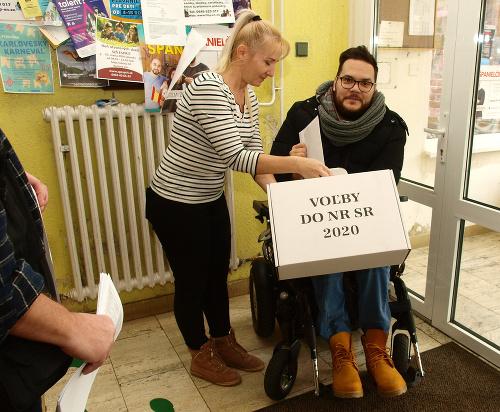 Na snímke postihnutý volič